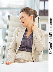 女商人, 由于, 脖子, 疼痛, 正在工作