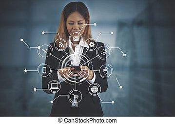 女商人, 触, 网絡, 流動, 上, 數字, 在網上, 技術, 管理, 由于, 聰明, 電話。
