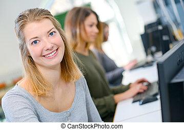 女子学生, 中に, コンピュータクラス