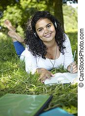 女子学生, 公園, 音楽が聞く, 修正する