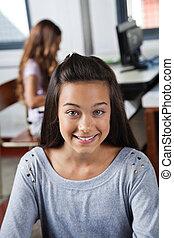女子学生, 微笑, 中に, コンピュータクラス