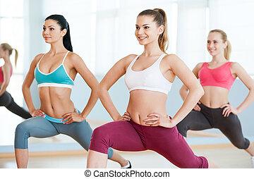 女孩, 上, 有氧運動, class., 三, 美麗, 年輕婦女, 在, 運動衣服, 行使, 一起, 以及, 微笑