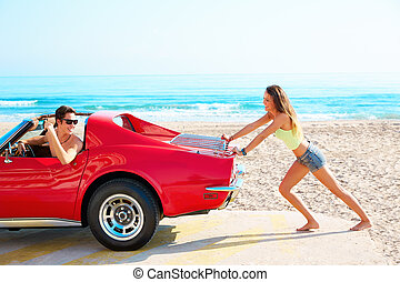 女孩, 推, a, 打破, 汽車, 在海灘上, 有趣, 人