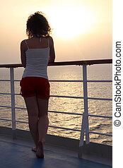 女孩, 站立, 在, 船, 甲板, 以及, 調查距離, 看法, 從, 背, 充分的身体