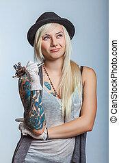 女孩, 紋身藝術家