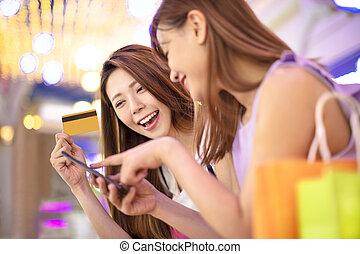 女孩, 顯示, 信用卡, 以及, 觀看, 電話, 在, the, 購物中心