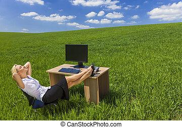 女性がリラックスする, オフィス, ビジネス, フィールド, 緑の机