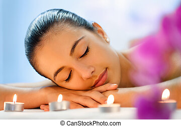 女性がリラックスする, ライト, 後で, 若い, 薄暗くされる, massage., ろうそく