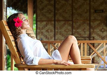 女性がリラックスする, 上に, chaise の ラウンジ