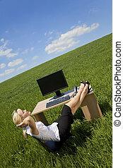 女性がリラックスする, 中に, a, 緑, オフィス