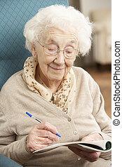 女性がリラックスする, 完了, クロスワードパズル, 家, シニア, 椅子