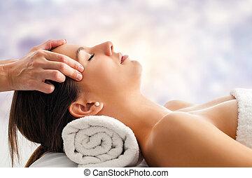 女性がリラックスする, 持つこと, 美顔術, massage.
