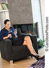 女性がリラックスする, 肘掛け椅子, テキスト メッセージ, 幸せ, ワイン
