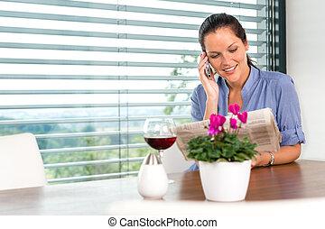 女性がリラックスする, 話し, 移動式 電話, 微笑, 読書