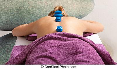女性がリラックスする, cupping-glass, massage., salon., bodycare., エステ, 持つこと
