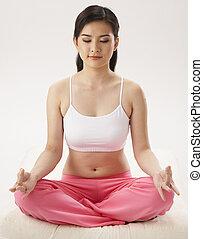 女性が瞑想する