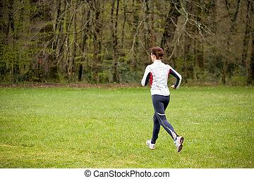 女性が走る, 中に, 自然