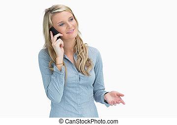 女性が電話で話をする
