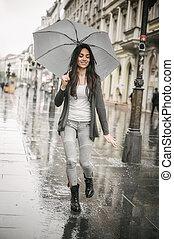 女性のダンス, 雨, ∥で∥, 傘, はね返し, 中に, 水たまり