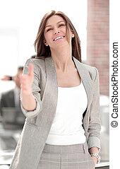 女性の保有物, 彼女, ビジネス, 握手, 微笑, 外に手
