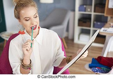 女性の保有物, 鉛筆, 中に, 彼女, 口