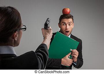 女性の指すこと, モデル, 上に, 背中, 銃, バックグラウンド。, 人, ∥間に∥, 白, 口論, 椅子, 光景