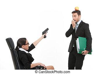 女性の指すこと, モデル, 上に, 銃, バックグラウンド。, ∥間に∥, 白, 人, 椅子, 口論