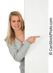 女性の指すこと, 若い, 板, 空白のメッセージ, あなたの, 左