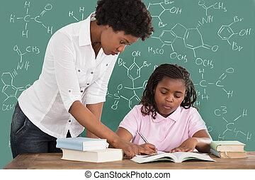 女性の教師, 援助, 学生, クラスで