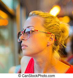 女性の見ること, から, tram's, 窓。