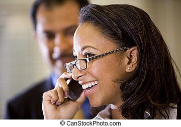 女性の話すこと, モビール, african-american, 若い, 電話