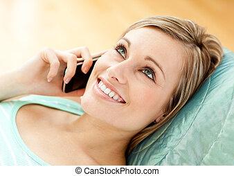 女性の話すこと, 若い, とても, 電話, ソファー, あること