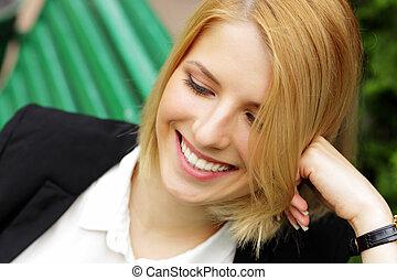 女性の モデル, ベンチ, 通り, クローズアップ, 肖像画, 微笑