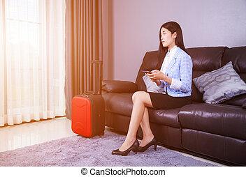 女性の モデル, モビール, ソファー, 電話, スーツケース, 家