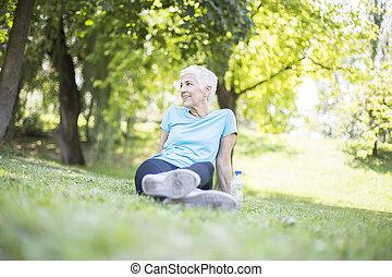女性の モデル, 休む, シニア, 試し, 後で, 公園