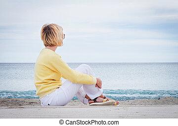 女性の モデル, 見る, 間, によって, 海, 浜