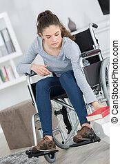 女性の モデル, 車椅子, 手を伸ばす, 若い, 本