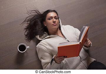 女性の 読書, あること, 床