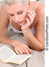 女性の 読書, 上に, 彼女, ベッド