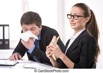 女性の 食べること, くしゃみをする, sneezing., 間, サンドイッチ, ビジネスマン, 彼, 人
