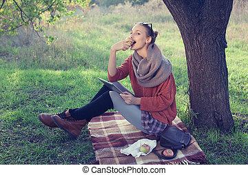 女性の 食べること, アップル, タブレット, 使うこと, 若い, コンピュータ, の間, 最新流行である, ピクニック