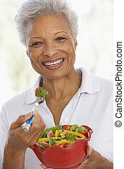 女性の 食べること, サラダ緑, 新たに, シニア