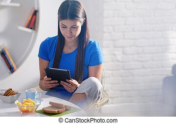 女性の 食べること, タブレット, 若い, 家, 朝食