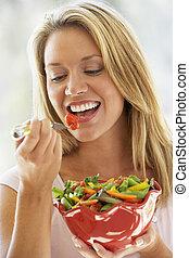 女性の 食べること, 若い, サラダ