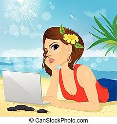 女性を使っているラップトップ, 浜