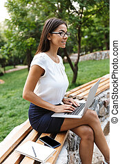 女性ビジネス, ラップトップ・コンピュータ, 屋外で, 使うこと