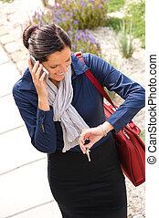 女性ビジネス, 呼出し, 電話, 到着, 家, 急ぐこと