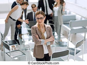 女性ビジネス, 現代, オフィス, 微笑に立つこと