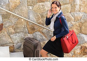 女性ビジネス, 話し, 電話, 旅行, 微笑, 急ぐこと