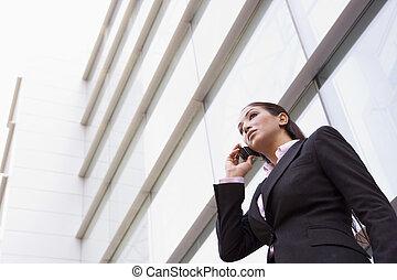 女性実業家の地位, 屋外で, によって, 建物, 上に, セルラー電話, (high, key/selective, focus)